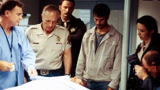 In der Leichenhalle muss der Sheriff (James Caan, 2.v.l.) feststellen, dass s...