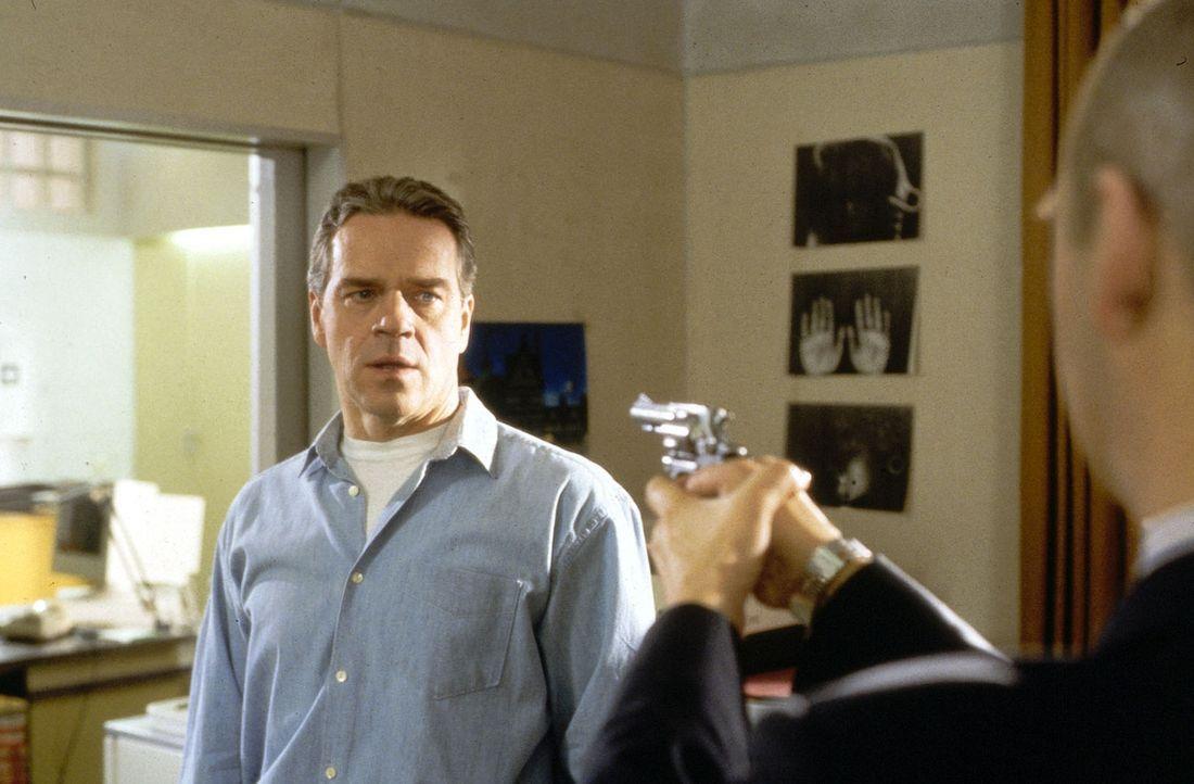 Otto Fender (Andreas Borcherding, r.), ein Stammkunde der ermordeten Prostituierten Britta, fühlt sich durch Wolffs (Jürgen Heinrich, l.) Fragen in... - Bildquelle: Alfred Raschke Sat.1/Raschke