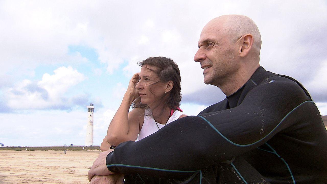 Arbeiten, wo andere Urlaub machen: Rund um die Uhr behandelt das Ärzteehepaar Karola (l.) und Norbert (r.) auf Fuerteventura deutsche Urlauber ... - Bildquelle: kabel eins