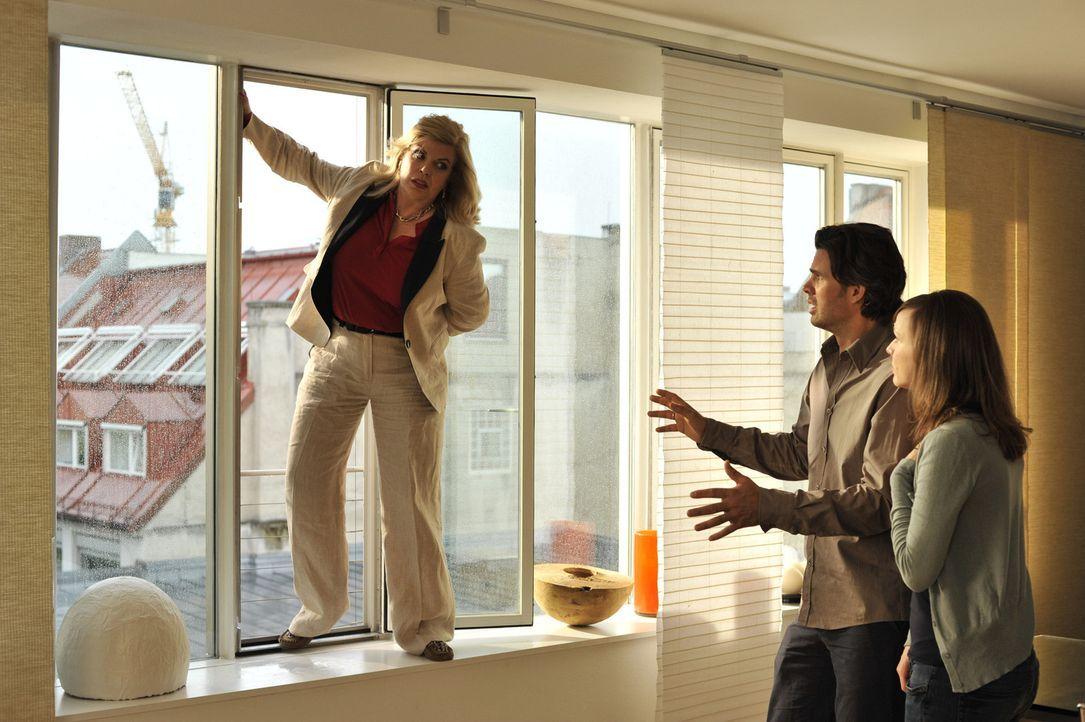 Michaels (Steffen Groth, M.) Mutter Elvira (Christiane Krüger, l.) verliert total die Fassung, als sie erfährt, dass ihr Enkelkind nicht von Anna (N... - Bildquelle: Heike Ulrich SAT.1