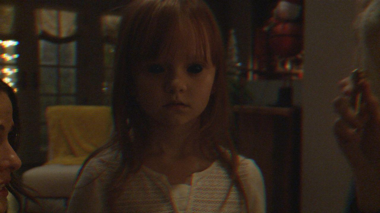 Um zu ergründen, was hinter den mysteriösen Ereignissen steckt, stellen Leilas (Ivy George) Eltern im ganzen Haus Kameras auf. Doch was sie mit dene... - Bildquelle: 2015 Paramount Pictures.