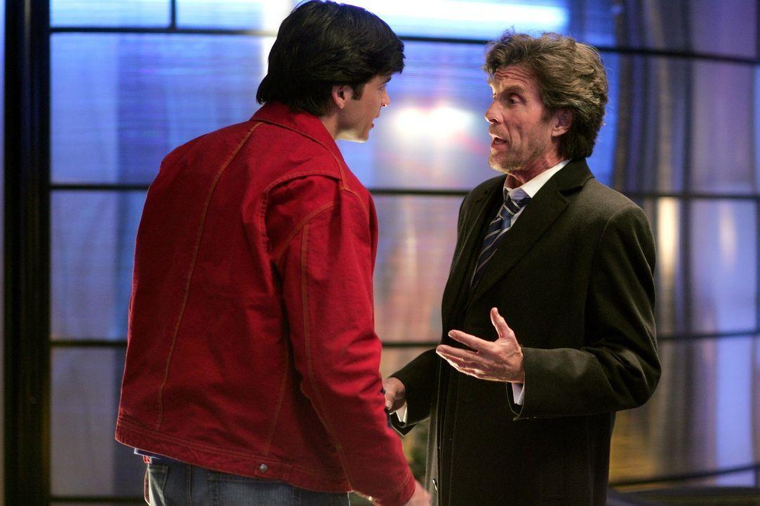 Endlich sind Lionels (John Grover, r.) Pläne offen gelegt. Clark (Tom Welling, l.) sieht rot und will den Tod des Milliardärs ... - Bildquelle: Warner Bros.