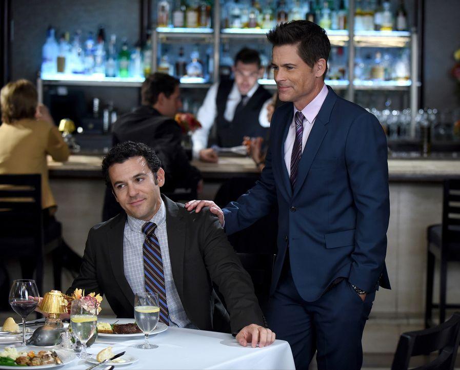 Stewart (Fred Savage, l.) rät Dean (Rob Lowe, r.) sein Dasein als Grinder und damit den Versuch, als Anwalt in der Kanzlei zu arbeiten, endlich aufz... - Bildquelle: 2015-2016 Fox and its related entities.  All rights reserved.