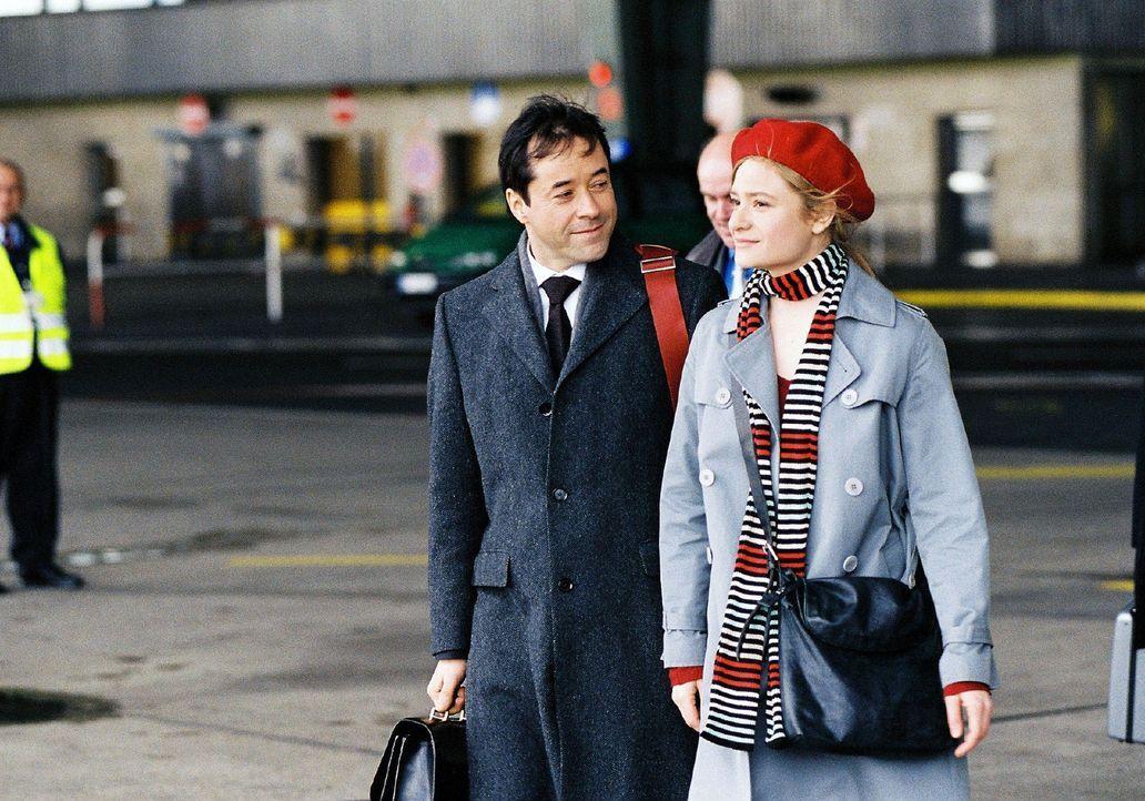 Laurens (Jan Josef Liefers, l.) kann sein Glück kaum fassen: Gina (Julia Jentsch, r.) begleitet ihn tatsächlich zum G8-Gipfeltreffen nach Heiligenda... - Bildquelle: Stephan Rabold Sat.1