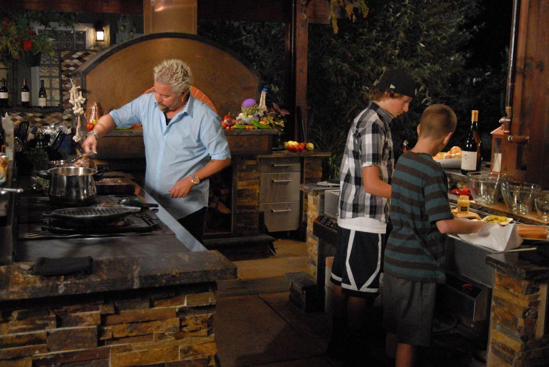 Als Guy Fieri (l.) beschließt ein kubanisches Fest mit Freunden zu feiern, lässt er sich für das Menü etwas Besonderes einfallen ... - Bildquelle: 2012, Television Food Network, G.P. All Rights Reserved.