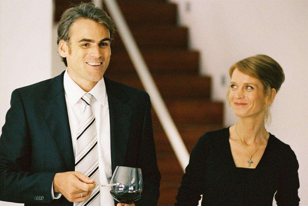 Alexander (Sebastian Blomberg, l.) mit Frau Miriam (Judith Engel, r.) auf der Geburtstagsfeier seines Vaters. - Bildquelle: Tom Trambow Sat.1