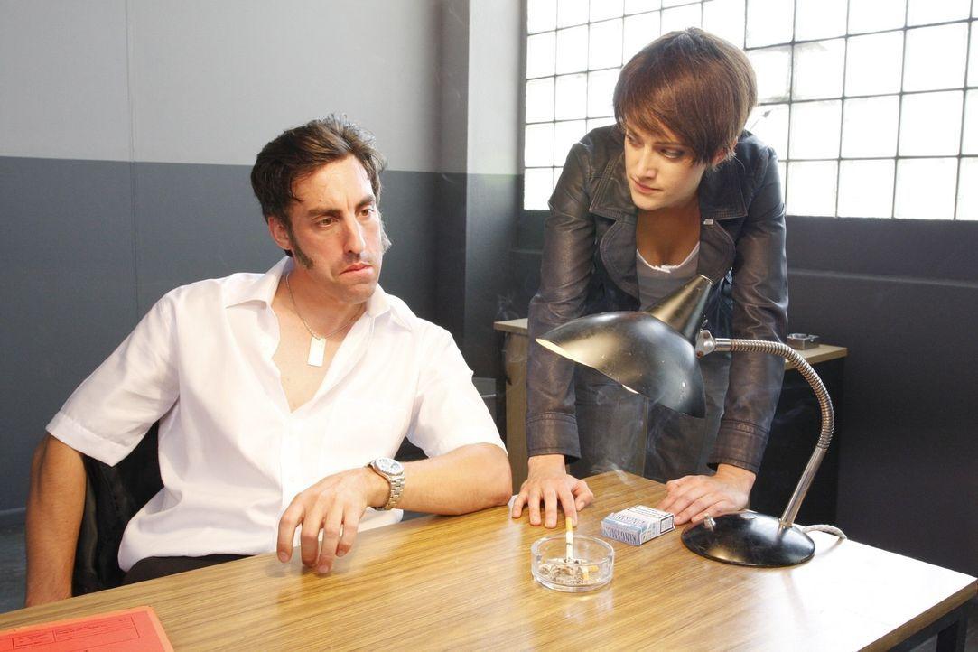 Die Komissarin (Judith Richter, r.) befragt den Angeklagten (Alexander Schubert, l.) nach den Komplizen bei dem Bankraub. Dabei hat er mit den Bankr... - Bildquelle: Noreen Flynn Sat.1