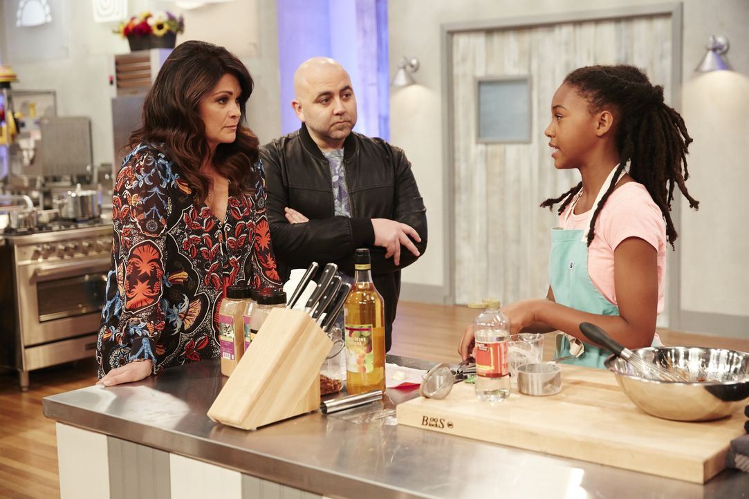 Valerie Bertinelli (l.) und Duff Goldman (M.) sind gespannt, wie sich die junge Bäckerin Yahshimabet Sellassie (r.) bei der ersten Back-Challenge sc... - Bildquelle: Greg Gayne 2015, Television Food Network, G.P. All Rights Reserved