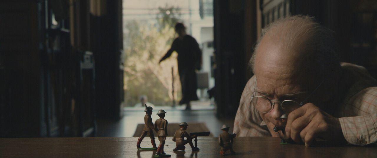 Als Benjamin Button (Brad Pitt) zur Welt kommt, unterscheidet er sich von allen anderen Neugeborenen deutlich. Es ist ein Baby im Körper eines 80 J... - Bildquelle: 2009   Warner Brothers