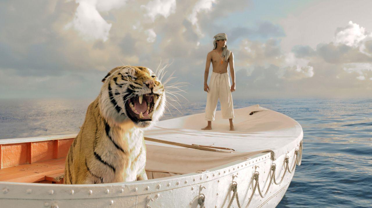 Nach einer Schiffskatastrophe treibt Pi Patel (Suraj Sharma), Sohn eines indischen Zoodirektors, in einem Rettungsboot mitten auf dem Ozean - zusamm... - Bildquelle: 2012 Twentieth Century Fox Film Corporation. All rights reserved.