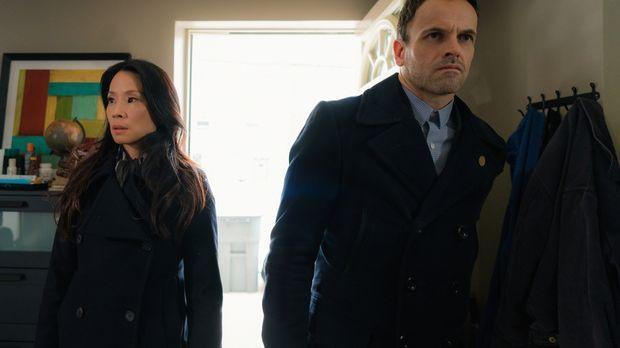 Als ein Mann in einem Superheldenkostüm getötet wird, übernehmen Watson (Lucy...