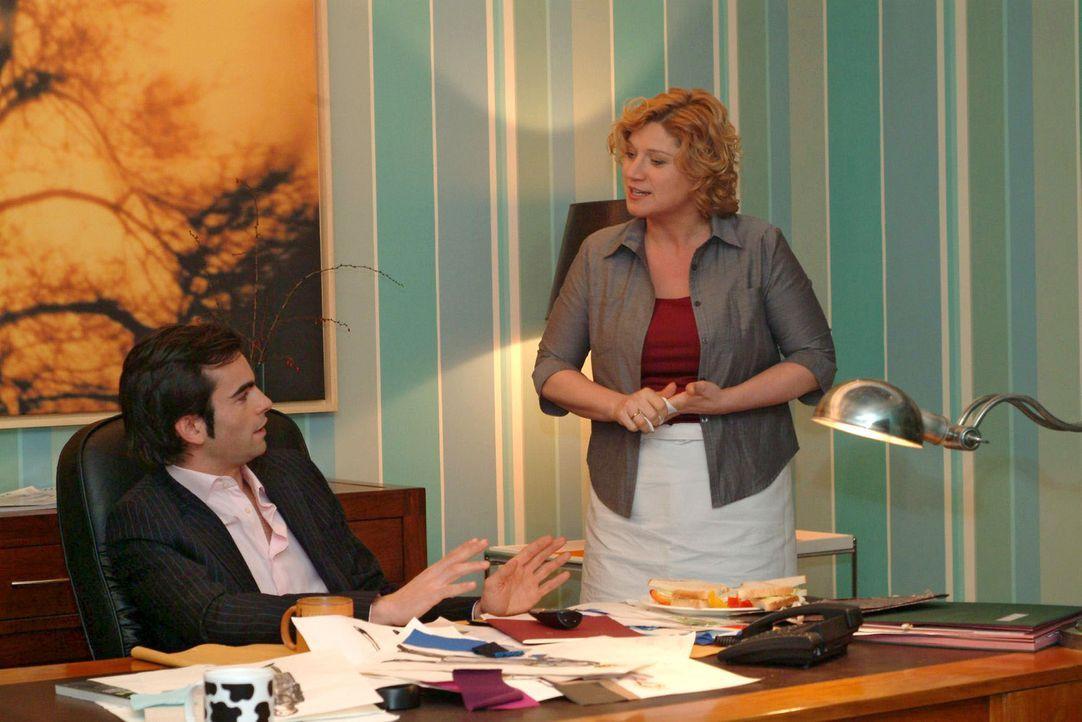 Catering-Chefin Agnes (Susanne Szell, r.) ist empört, wie Lisa von David (Mathis Künzler, l.) behandelt wird - und liest ihm die Leviten ... - Bildquelle: Sat.1