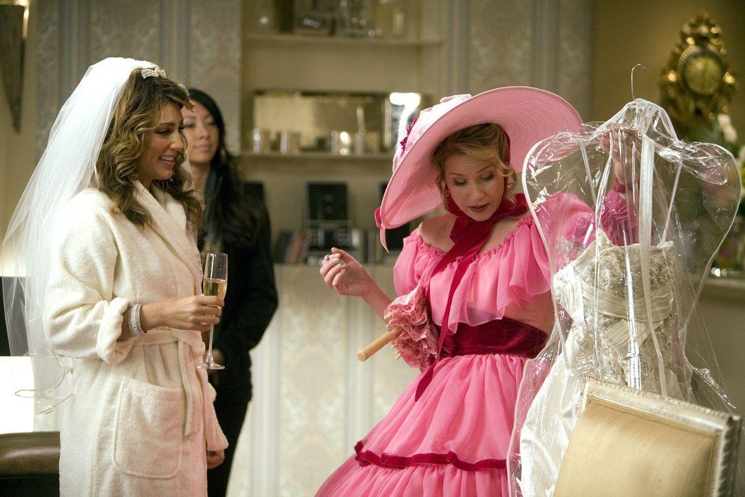 Als Brautjungfer hat Samantha (Christina Applegate, r.) die Aufgabe, Andrea (Jennifer Esposito, l.) das Kleid am Tag der Hochzeit zu bringen. - Bildquelle: 2008 American Broadcasting Companies, Inc. All rights reserved.