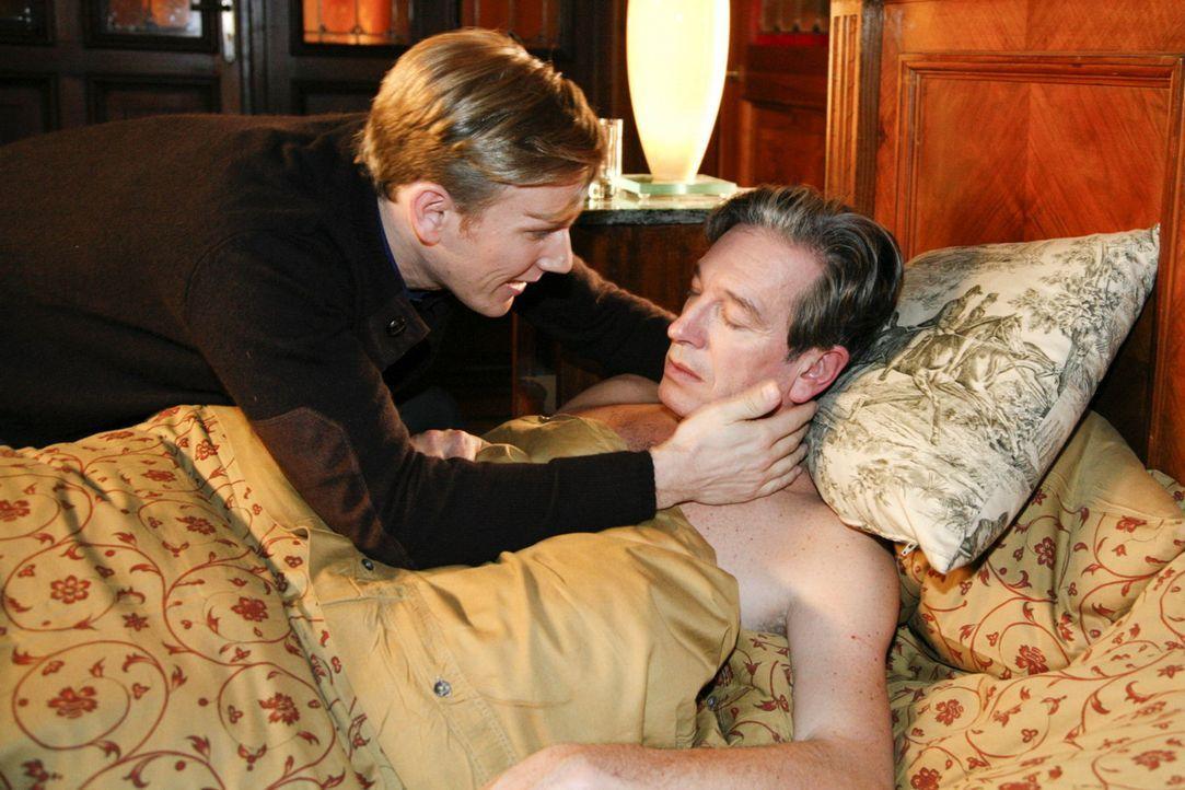 Philip (Phillipp Romann, l.) mischt Julius (Günter Barton, r.) eine stark aufputschende Koffeintablette in den Nachtisch. Nach einem Schäferstünd... - Bildquelle: SAT.1