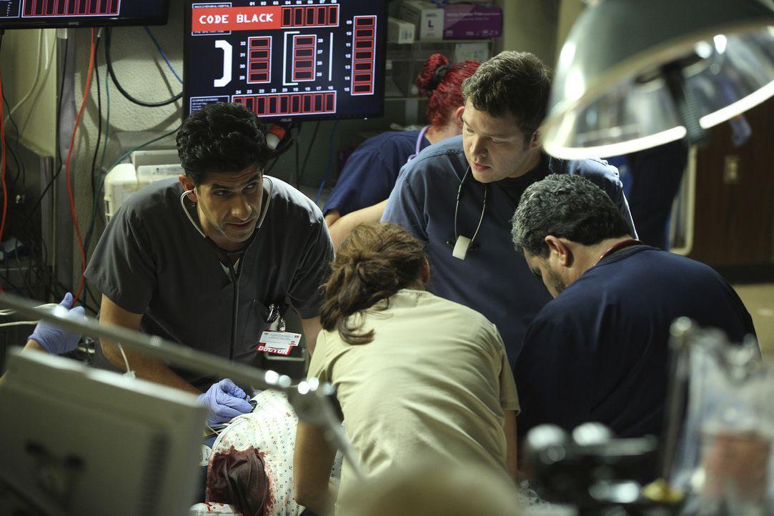 Neal (Raza Jaffrey, l.), Angus (Harry Ford, 2.v.r.) und Jesse (Luis Guzman, r.) müssen sich um eine Patientin kümmern, die Kontrolle über ihr Auto v... - Bildquelle: Monty Brinton 2015 American Broadcasting Companies, Inc. All rights reserved.