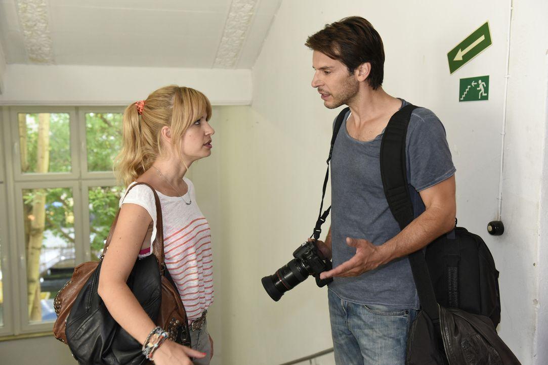 Mila (Susan Sideropoulos, l.) stimmt einer Verabredung mit Sandra zu. Tobi besteht jedoch darauf, dass ihr erfundener Ex Ricky auch mit von der Part... - Bildquelle: Christoph Assmann SAT.1