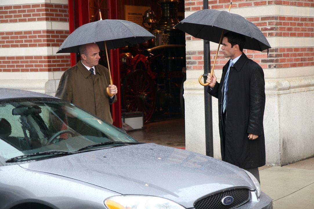Bringen Licht ins Dunkle: John (John Finn, l.) und Scott (Danny Pino, r.) ... - Bildquelle: Warner Bros. Television