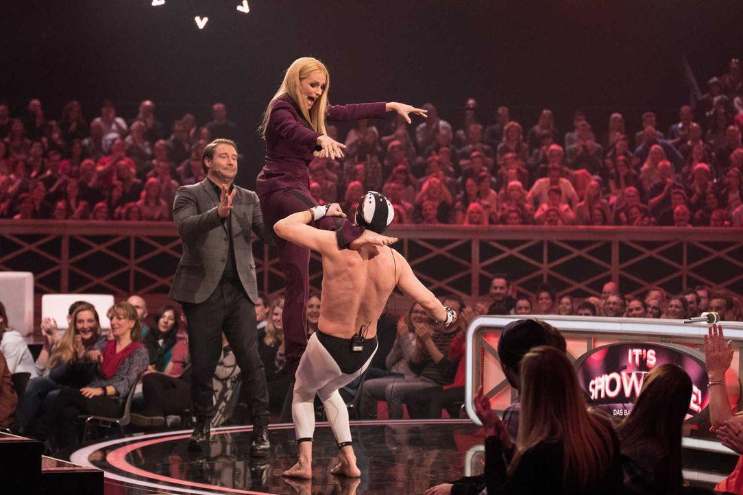 Michelle Hunziker (M.) hat keine Angst davor, selbst die Bühne zu betreten. Damit jedoch nichts passiert, stellt sich Sasha (l.) für die Hilfestellu... - Bildquelle: Stefan Hobmaier SAT.1