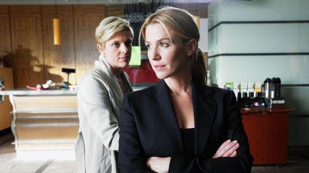 Samanthas (Poppy Montgomery, r.) Schwester Emily (Molly Price, l.), von der s...
