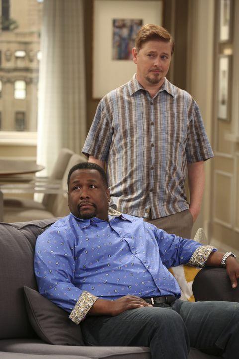 Teddy (Wendell Pierce, vorne) und Roy (Dave Foley, hinten) sind nicht so begeistert ,für Felix' Überraschungsparty eingespannt zu werden. Vor allem,... - Bildquelle: Michael Yarish 2014 CBS Broadcasting, Inc. All Rights Reserved