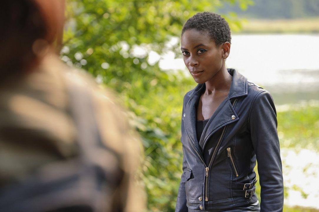 Die mächtige Kuasa (Tracy Ifeachor) scheint im Jahre 2042 Jagd auf eine besondere Frau zu machen, doch warum? - Bildquelle: 2017 Warner Bros.