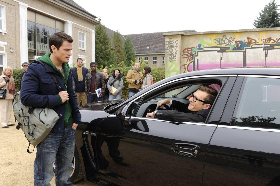 Timo (Rocco Stark, l.) kann es nicht glauben, dass Hotte (Dennis Schigiol, r.) mit einem Porsche an der Schule vorfährt ... - Bildquelle: SAT.1