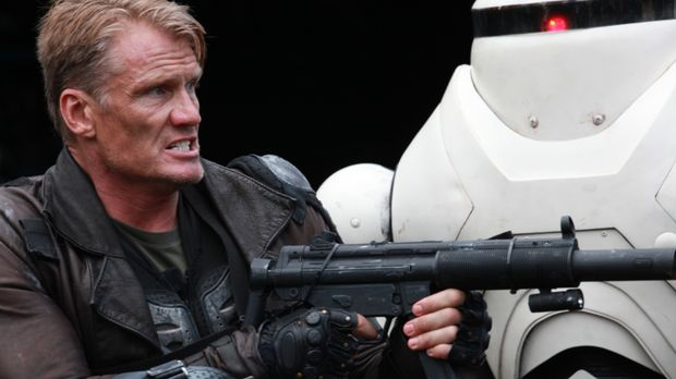 Der kampferprobte Soldat Max Gatling (Dolph Lundgren) soll aus einer von Zomb...