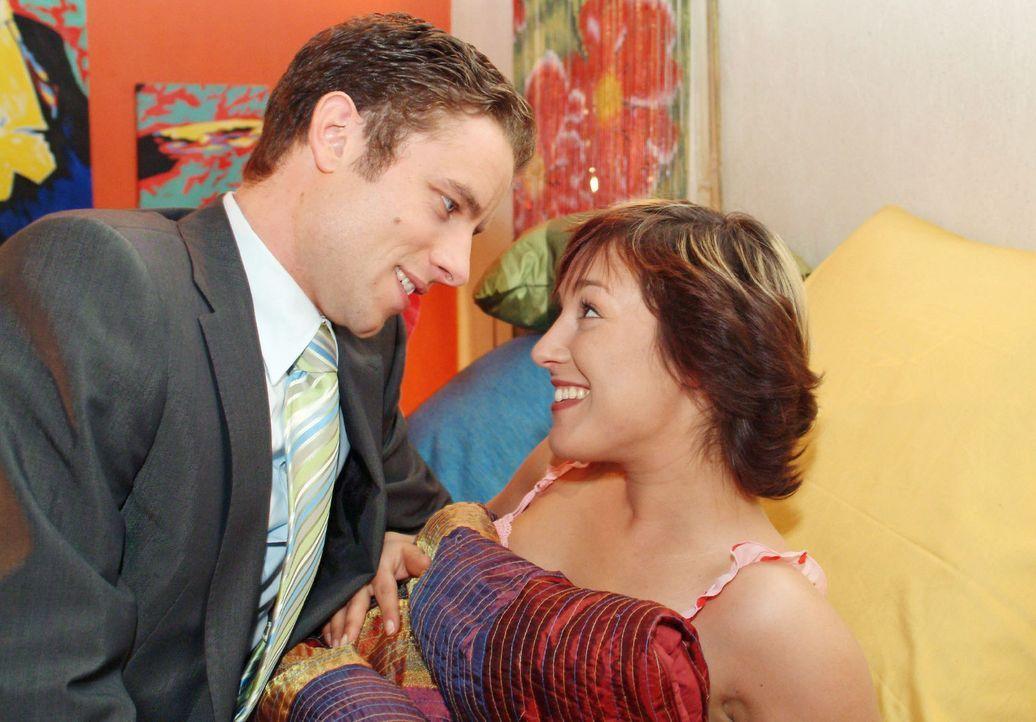 Yvonne (Bärbel Schleker, r.) ist überglücklich, als Max (Alexander Sternberg, l.) sie endlich offiziell zu seiner Feier einlädt und sich damit a... - Bildquelle: Sat.1