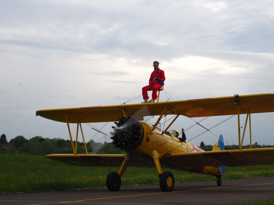 """In London hat sich Joko der Herausforderung """"Wing Walking"""" gestellt ... - Bildquelle: ProSieben"""