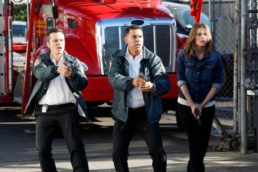 Castle - Ryan (Seamus Dever, l.), Esposito (Jon Huertas, M.) und Kate Beckett...