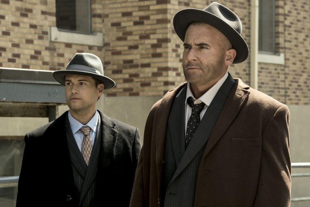 Während Nate (Nick Zano, l.) scheinbar einige Informationen über die Justice Society of America zu wissen scheint, gefällt es Mick (Dominic Purcell,... - Bildquelle: Warner Brothers