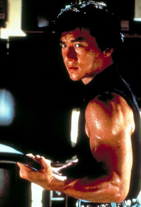 Ah Keung (Jackie Chan) versucht eine Motorradgang, die er beim Überfall auf den Supermarkt seines Onkels erwischt hat, in die Flucht schlagen ... - Bildquelle: New Line Cinema