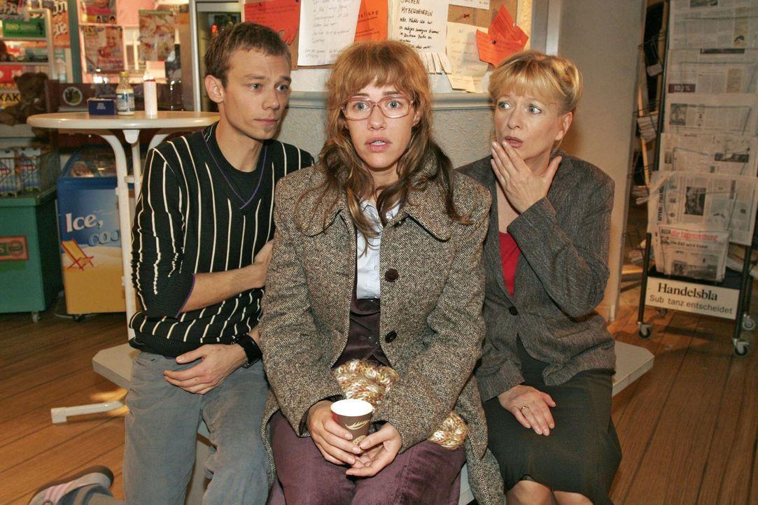 Lisa (Alexandra Neldel, M.) schildert Helga Plenske (Ulrike Mai, r.) und Jürgen (Oliver Bokern, l.) den tragischen Vorfall in der Villa Seidel. (Di... - Bildquelle: Noreen Flynn Sat.1