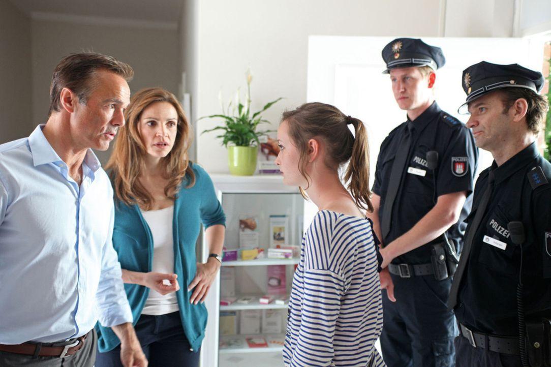 Als die Polizei vor der Tür steht, weil Emily (Johanna Werner, 3.v.r.) geklaut hat, machen sich Hannah (Rebecca Immanuel, 2.v.l.) und Mattes (Hanne... - Bildquelle: Boris Guderjahn SAT. 1