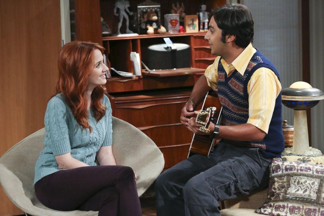 Als Raj (Kunal Nayyar, r.) Emily (Laura Spencer, l.) das Lied vorspielt, dass er und Howard geschrieben haben, ist sie nicht wirklich begeistert ... - Bildquelle: 2015 Warner Brothers
