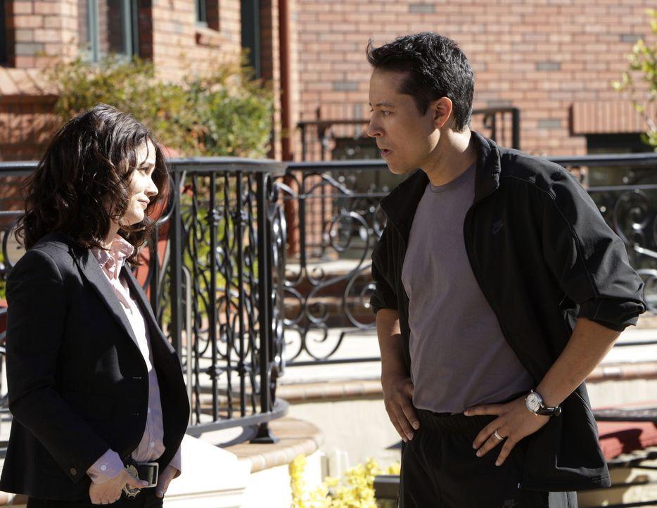 Teresa Lisbon (Robin Tunney, l.) ermittelt in einem neuen Fall. Dabei stößt sie auf Victor Castillo (Yancey Arias, r.), doch hat er etwas damit zu... - Bildquelle: Warner Bros. Television