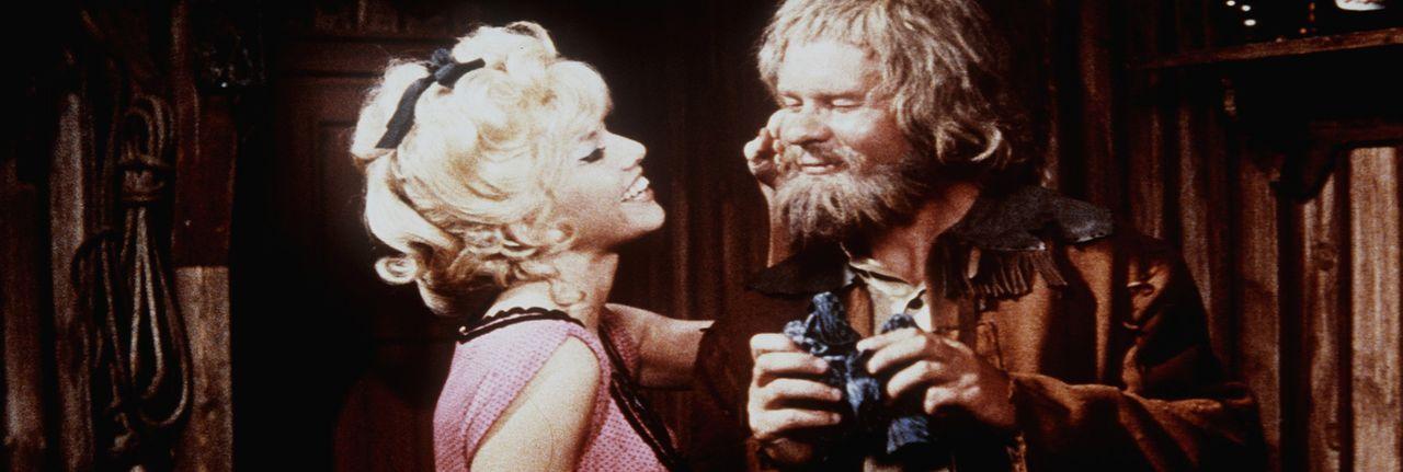 Die kesse Ann (Sophie Hardy, l.) weiß genau, wie sie den alten Sam Hawkens (Ralf Wolter, r.) um den Finger wickeln kann ... - Bildquelle: Columbia Pictures