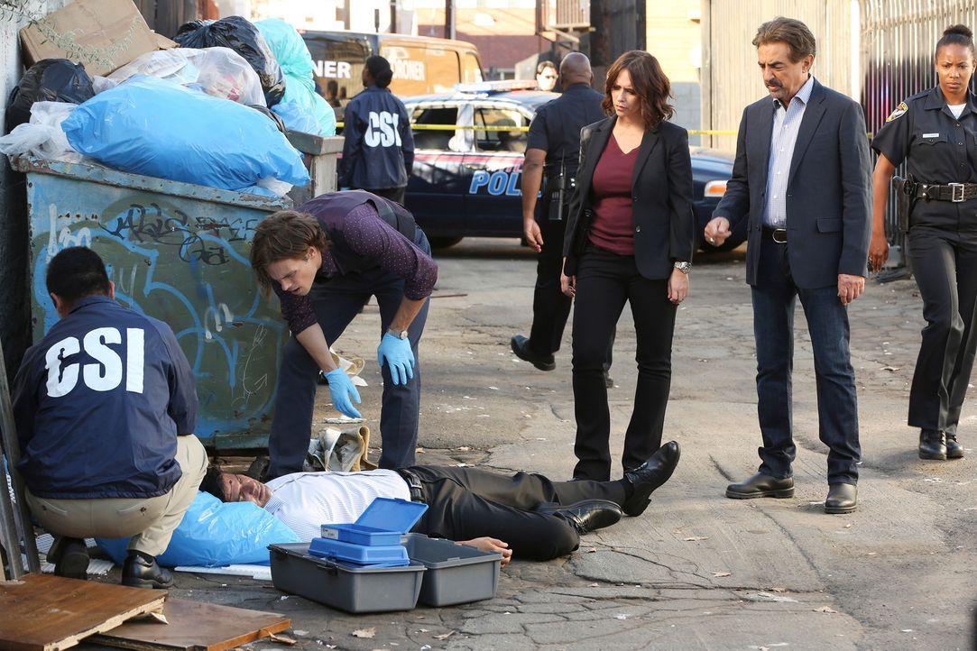 Als in Atlanta eine Leiche gefunden wird, die mit Kratzern übersät ist, müssen sich Reid (Matthew Gray Gubler, 2.v.l.), Rossi (Joe Mantegna, 2.v.r.)... - Bildquelle: Michael Yarish ABC Studios