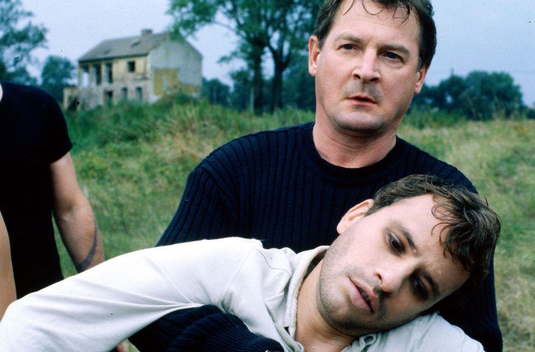 Als es zwischen Popeye und seinem Bruder Redford (Frank Stieren, l.) zum Streit kommt, kümmert sich Albrecht (Burghart Klaußner, r.) um den angesc... - Bildquelle: Jiri Hanzl SAT.1
