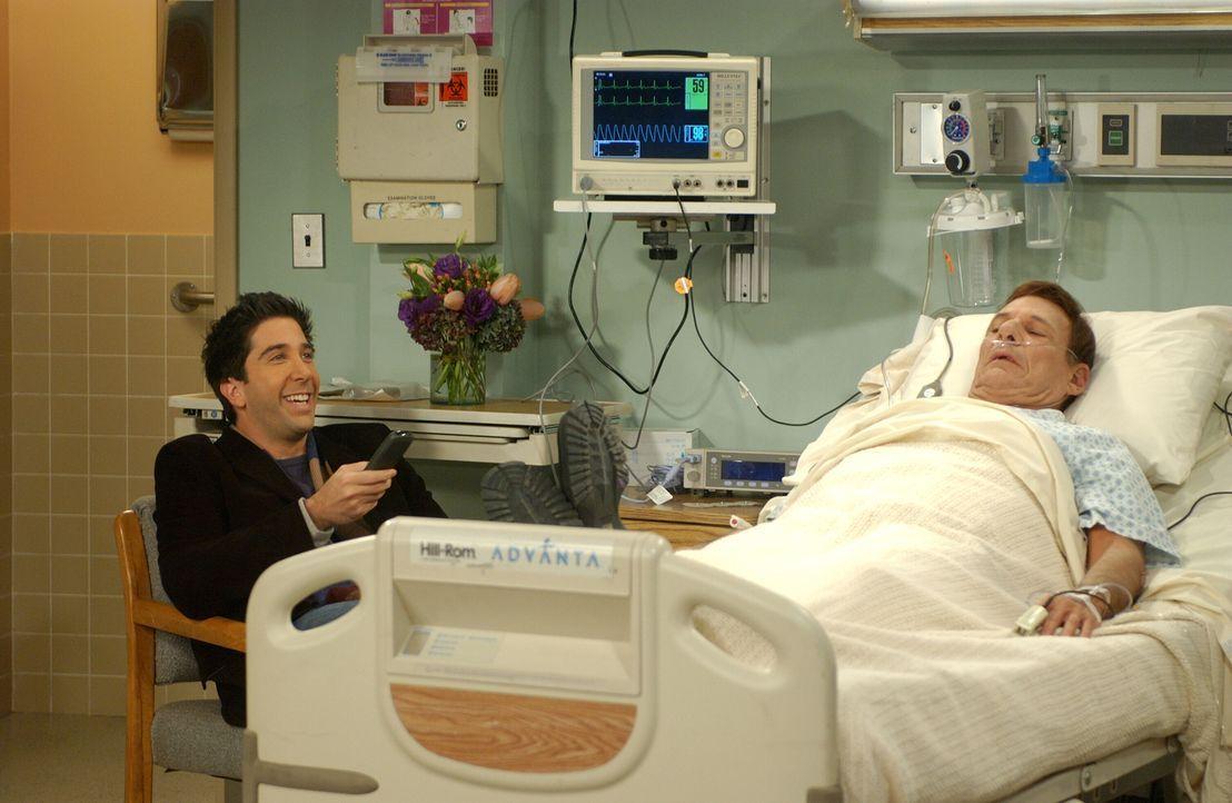 Ross (David Schwimmer, l.) begleitet Rachel ins Krankenhaus zu ihrem Vater (Ron Liebman, r.) und hat sichtlich Spaß mit dem Fernsehprogramm ... - Bildquelle: 2003 Warner Brothers International Television