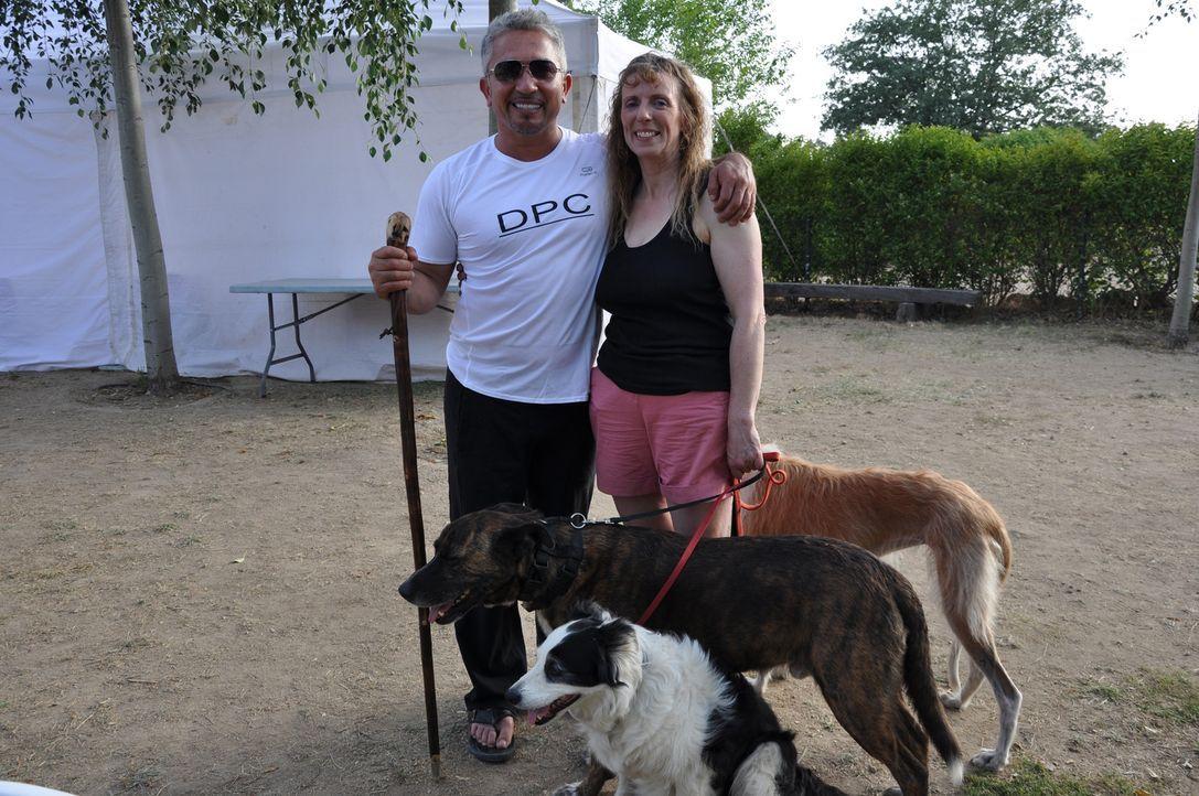 Jenni Cross (r.) lebt mit ihren drei Hunden in Spanien und freut sich auf den Besuch von Cesar Millan (l.), denn wertvolle Tipps kann jeder gebrauch... - Bildquelle: Belén Ruiz Lanzas 360 Powwow, LLC / Belén Ruiz Lanzas