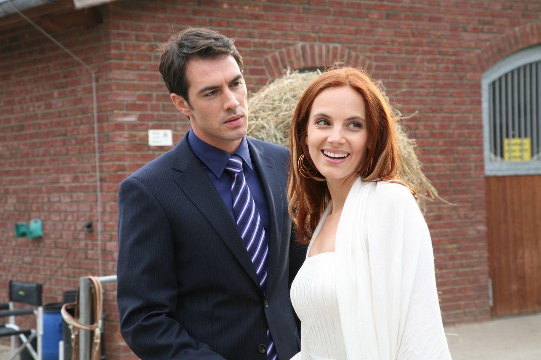 """Manu (Marie Zielcke, r.) tut Mark (Arne Stephan, l.) den Gefallen und begleitet ihn auf ein Gestüt, um dort das Rennpferd """"Diavolo"""" als Verlobungsg... - Bildquelle: SAT.1"""
