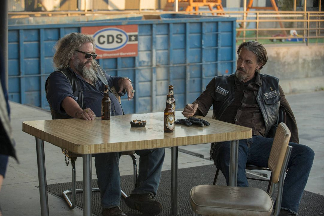 Bobby (Mark Boone Junior, l.), Chibs (Tommy Flanagan, r.) und die anderen Mitglieder des Clubs nehmen in unterschiedlichster Art und Weise Abschied... - Bildquelle: 2012 Twentieth Century Fox Film Corporation and Bluebush Productions, LLC. All rights reserved.