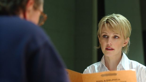 Det. Lilly Rush (Kathryn Morris, r.) fühlt George (John Billingsley, l.) auf...