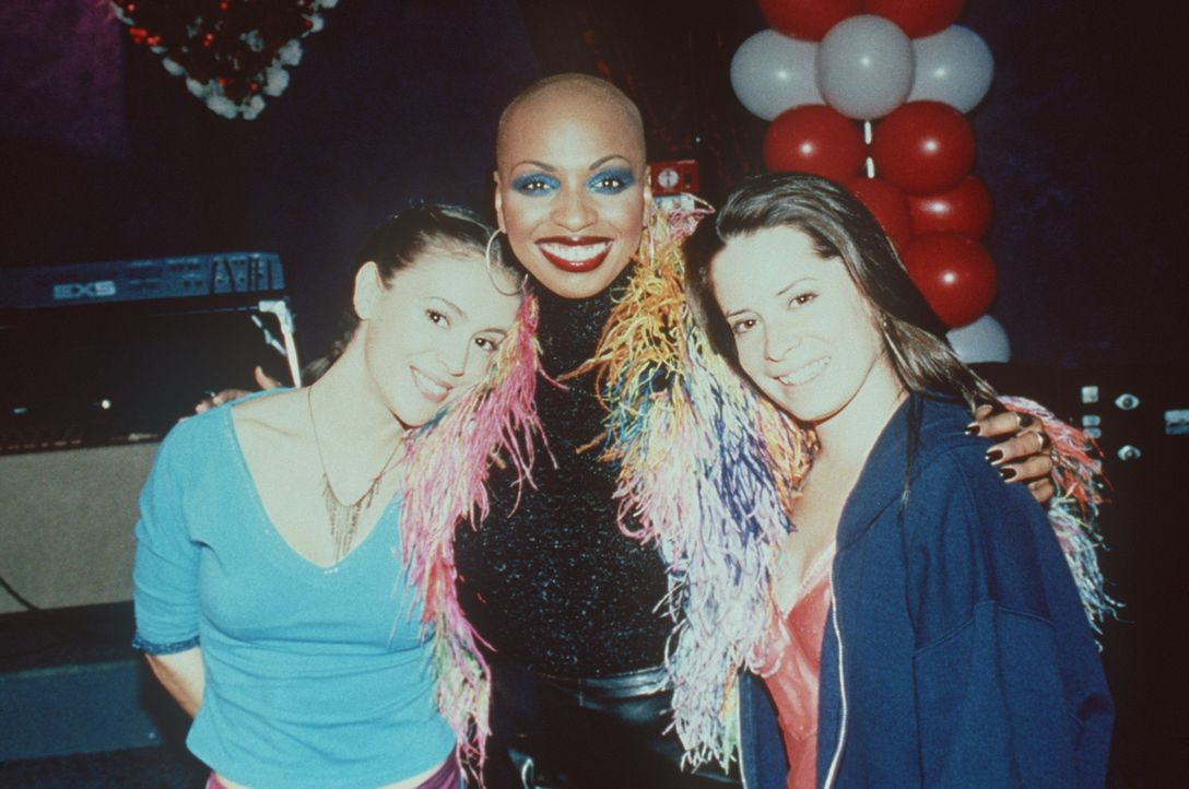 Phoebe (Alyssa Milano, l.) und Club-Besitzerin Piper (Holly Marie Combs, r.) sind begeistert von der Soul-Sängerin Janice Robinson (Janice Robinson... - Bildquelle: Paramount Pictures