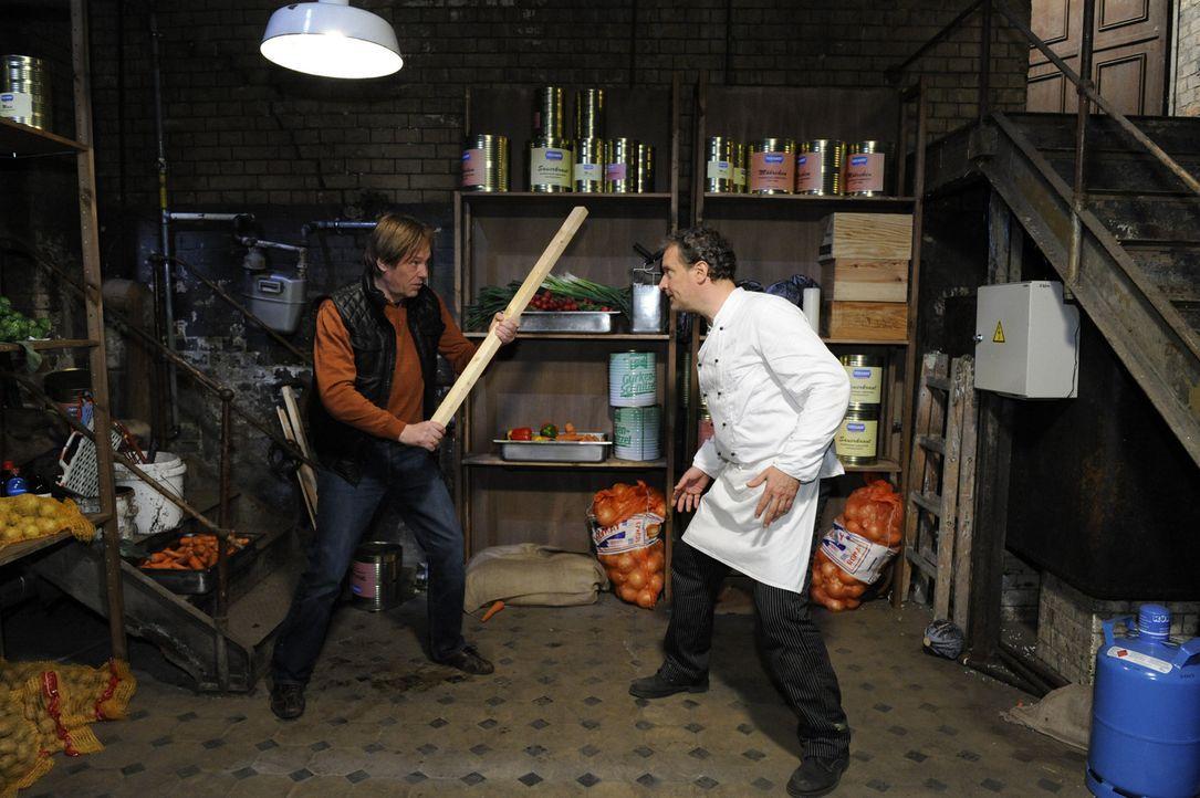 Armin (Rainer Will, l.) ist knapp bei Kasse und entschließt sich deshalb zu einem Diebstahl: Er versucht, in der Goldelse Lebensmittel zu stehlen,... - Bildquelle: SAT.1