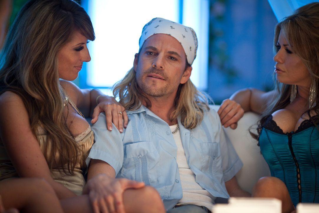 Platzhirsch, der von sich sehr überzeugt ist: Pornostar Dick Shadow (Stephen Dorff, r.) ... - Bildquelle: 2011 Columbia Pictures Industries, Inc. All Rights Reserved.