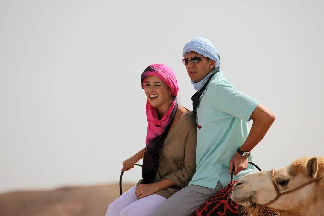 Der Weg zur Oase auf dem Rücken von Kamelen ist ziemlich beschwerlich. Dennoch gibt sich Flirtlehrerin Katja (Laura Osswald, l.) alle Mühe, den stei... - Bildquelle: Sife Ddine ELAMINE SAT.1