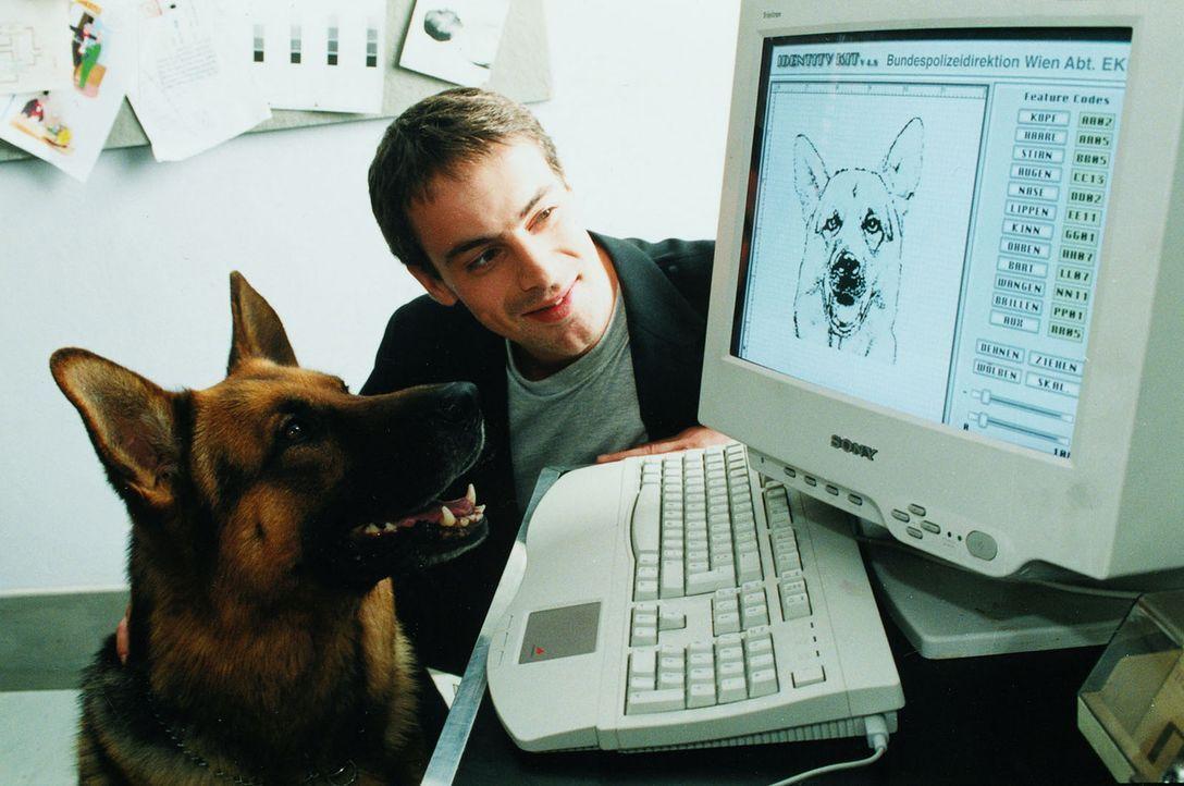 Kommissar Brandtner (Gedeon Burkhard, r.) weiht seinen Partner Rex in die Geheimnisse der Technik ein ... - Bildquelle: Sat.1