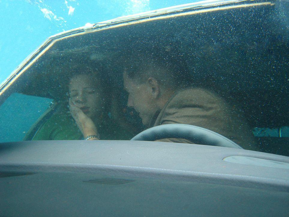 Bei dem Versuch Maddie Tylor (Cameron Goodman, l.) zu retten, geraten Gibbs (Mark Harmon, r.) und sie auf der Flucht mit ihrem Wagen im Wasser. Werd... - Bildquelle: CBS Television